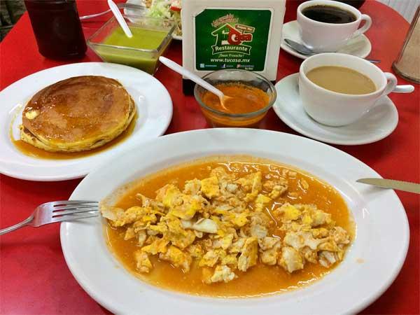 Desayuno: Hotcakes y huevos con salsa del Restaurante Tu Casa en Tuxpan, Veracruz