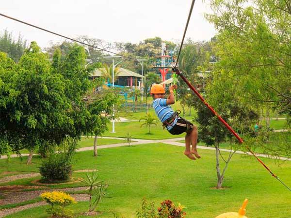 Tirolesas para niños en el parque Loko