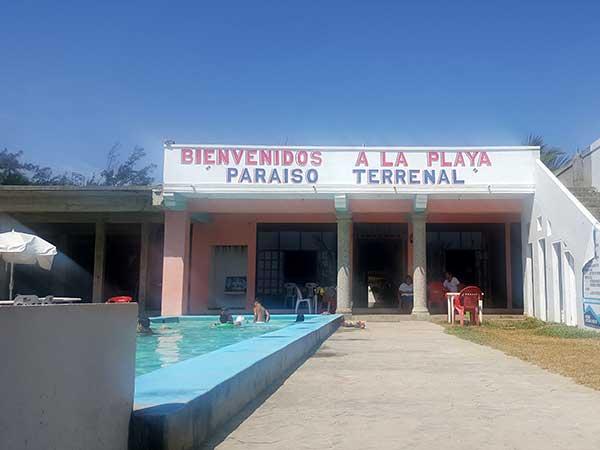 Alberca y área común del hotel Paraíso Real en Tuxpan, Ver.
